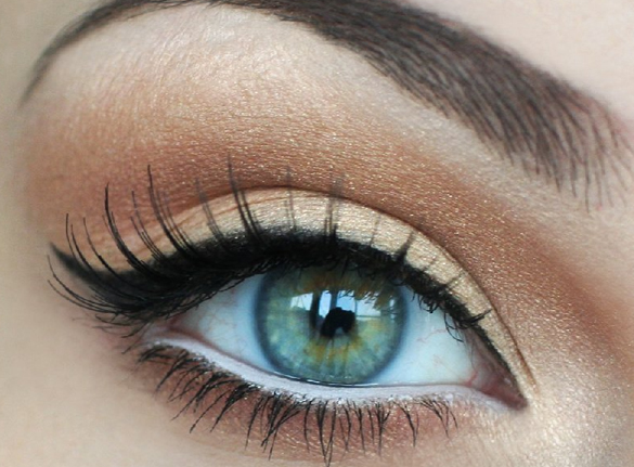 creating-a-cateye-with-an-eyeliner