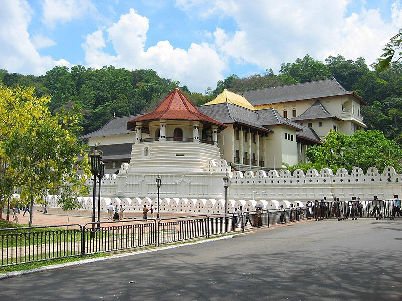 the-temple-of-tooth-relic-the-jeromy-diaries-places-in-sri-lanka